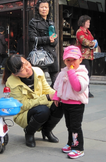 2015-03-16-1426542354-5791832-Chinateamomandgirl.jpg