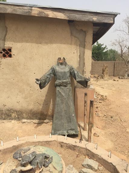 2015-04-04-1428123239-8656515-statue.jpg