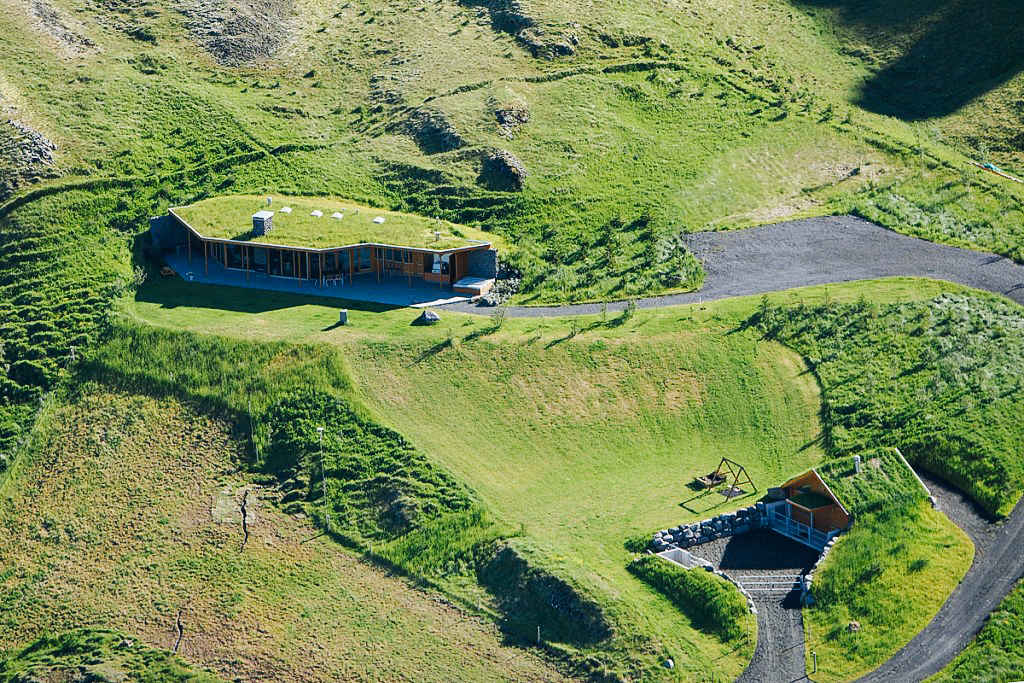 House Built Into Hill >> 5 Houses Built Into Hills That Ll Convince You To Move Underground