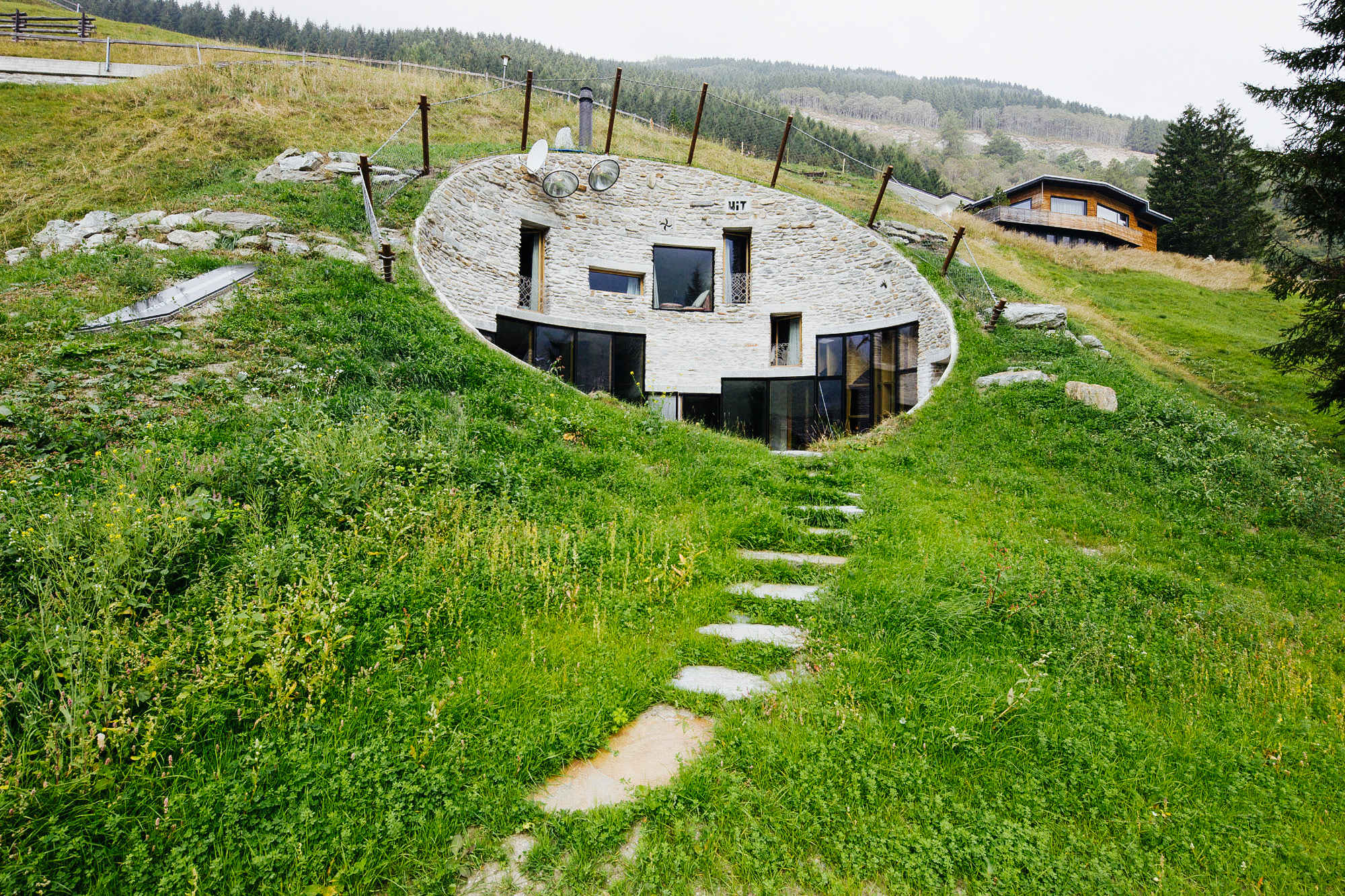 5 houses built into hills that 39 ll convince you to move for Home designs newfoundland