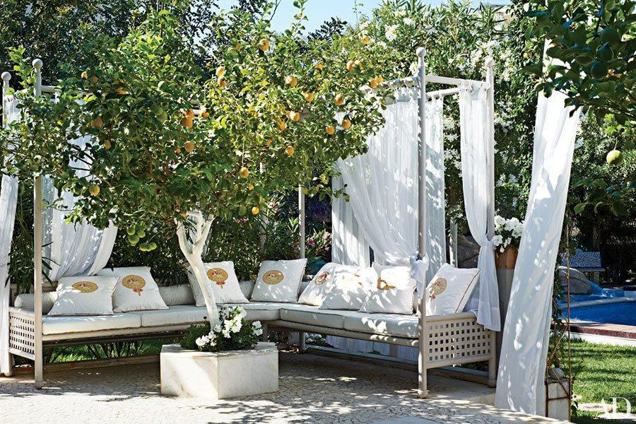 The Most Creative Ways to Set Up Outdoor Seating This ... on Small Backyard Entertainment Area Ideas id=56285