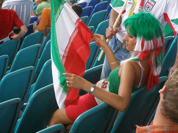 2015-04-15-1429125177-2705112-Iranian_female_football_fan.jpg