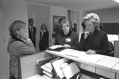 2015-04-16-1429215119-6279501-HillaryClintonasFirstLadywithChiefofStaffMelanneVerveerreviewingpapersinherstaffofficeworkspace1999.NationalArchives.jpg