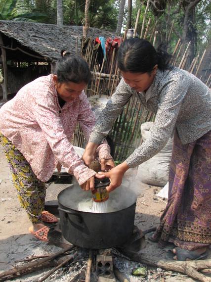2015-04-17-1429301090-4237297-Cambodianwomenmakingnoodles_AnaRojas.JPG