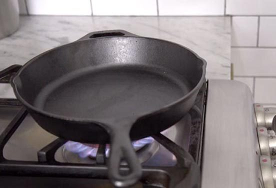2015-04-21-1429637424-2069564-How_To_Clean_Cast_Iron_Pan.jpg