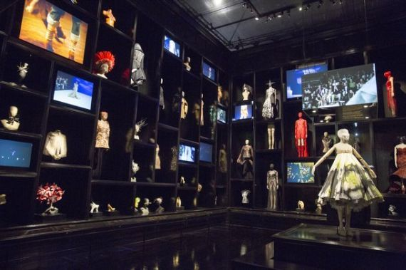 2015-04-25-1429976272-1219879-6._Installation_view_of__Cabinet_of_Curiosities_gallery_Alexander_McQueen_Savage_Beauty_at_the_VA_c_Victoria_and_Albert_Museum_London_jpg_610x610_q85.jpg