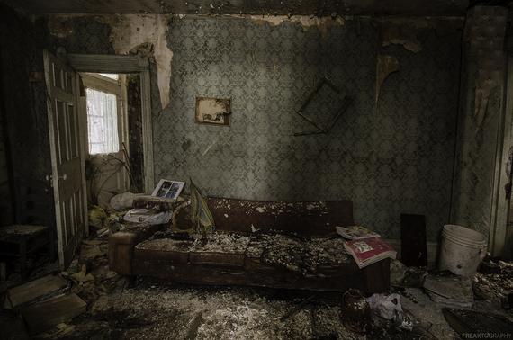2015-04-29-1430269426-1666995-AbandonedHouseLivingRooms.jpg