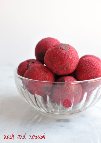 2015-05-06-1430953284-5442709-pinkcookiedoughballstallnosh.jpg