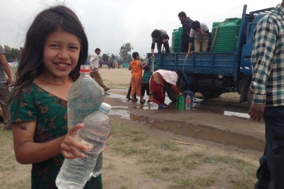 2015-05-11-1431354450-8441873-nepalearthquakewatergirl593x395.jpg