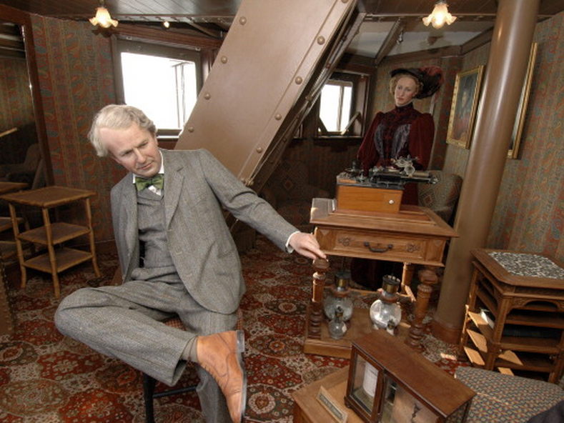 There is a secret apartment at the top of the eiffel tower - Salon gustave eiffel ...