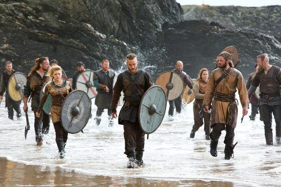2015-05-13-1431550353-8266248-vikingschargingshoreragnarrollolagertha.jpg