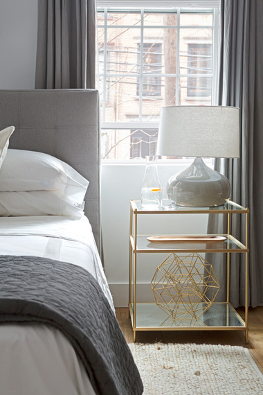Midcentury modern bedroom with brass étagère side-table by Décor Aid