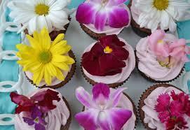 2015-05-20-1432146792-3437630-edibleflowersoncupcakes.jpg