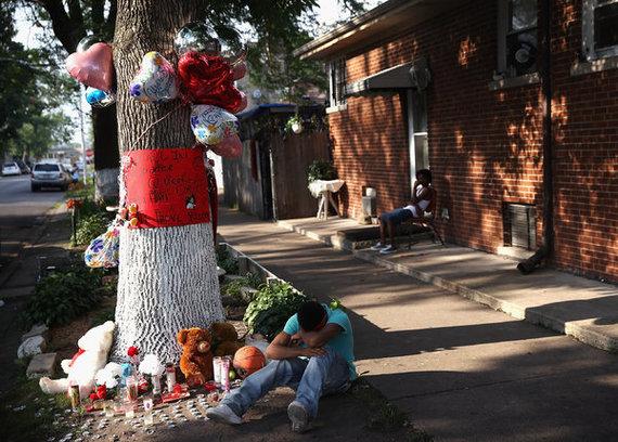 2015-06-12-1434132717-5129395-streetmemorialmancrying.jpg