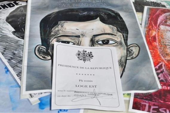 2015-06-15-1434375077-6033906-AyotzinapaParisLetteraHollandeEPN12Small.jpg