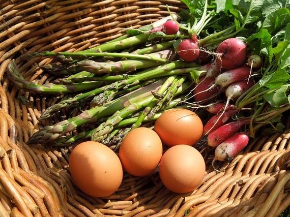 2015-06-15-1434381362-5012298-eggsandasparagusandradishbasket2.jpg