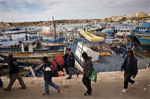 2015-06-17-1434563863-2144161-MigrantsarrivingonItalyLampedusaislandaftercrossingtheMediterraneanonadilapilatedboatUNHCR_F.Noy.jpg
