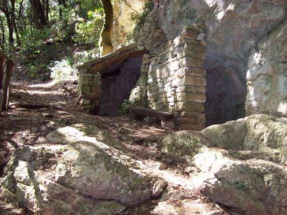 2015-06-19-1434694263-1664205-Eremo_delle_carceri_grotta_Silvestro.jpg