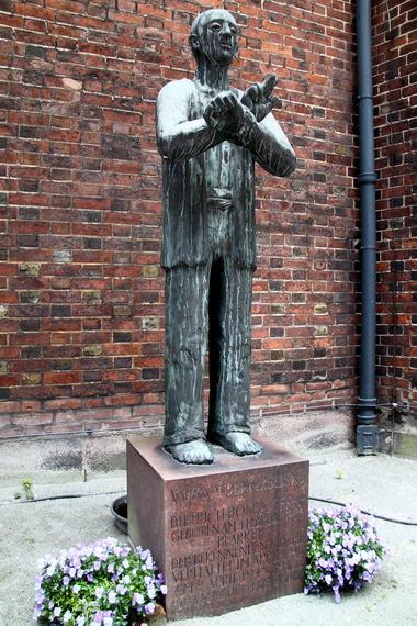 2015-07-02-1435805970-2152704-Dietrich_Bonhoeffer_Skulptur_an_der_Hauptkirche_Sankt_Petri_Hamburg1.JPG