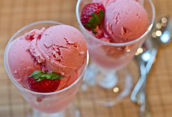 2015-07-08-1436389673-7909937-strawberryfrozenyogurt575x392.jpg