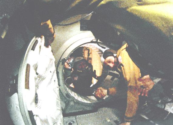2015-07-16-1437059259-5613338-AstronautThomasP.StaffordinforegroundandCosmonautAlexeyA.LeonovmaketheirhistorichandshakeinspaceonJuly171975.NASA.jpg