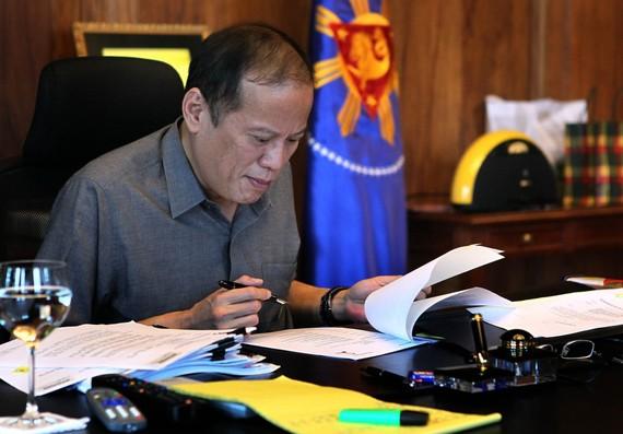 2015-08-01-1438458059-9670025-President_Aquino_at_work.jpg