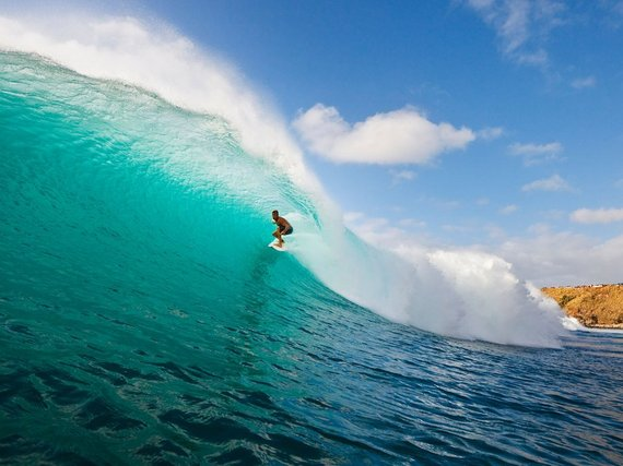 2015-08-04-1438706502-3614383-455b7fb1e7772ff921f964ac7_surfinghonoluabayhawaii.jpg