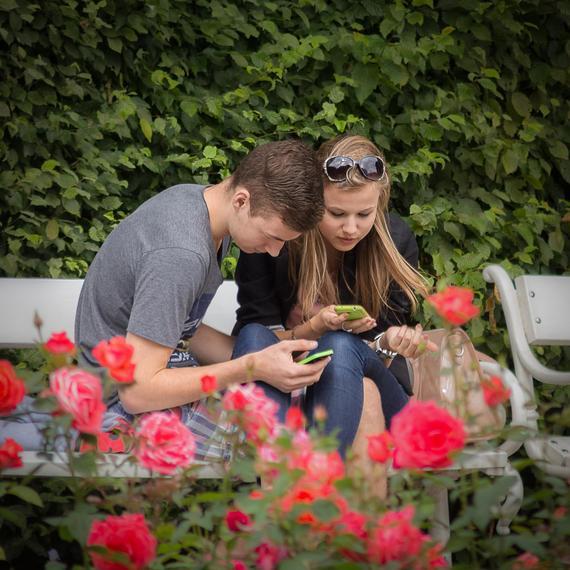 2015-08-18-1439870408-4484734-A_Mobile_Couple4.jpg