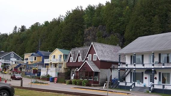 2015-08-20-1440110657-5347090-ColorfulhomesinthePointeauPiclanding.jpg