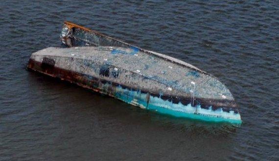 2015-09-07-1441654587-3162832-Turned_turtled_boat.jpg