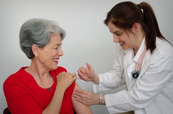 2015-09-09-1441766176-5953424-15813aseniorwomanreceivingavaccinationshotfromherdoctorpv.jpg