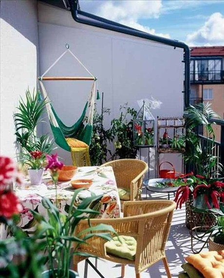6 ways to make the most of your tiny balcony before it 39 s for Hammock for apartment balcony