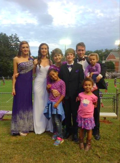 2015-10-01-1443733414-2394716-2015100114437044927709703familypic2014thumb.jpg