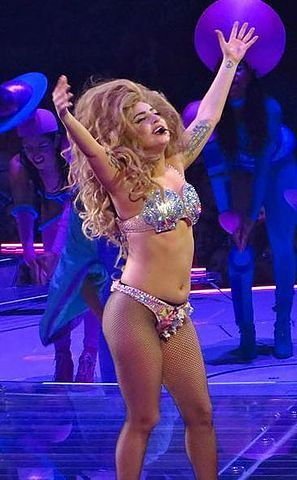 2015-10-08-1444277537-8056168-297pxLady_Gaga_ARTPOP_Ball_Tour_Bell_Center_Montral_2_July_2014_20_14561598924_cut.jpg