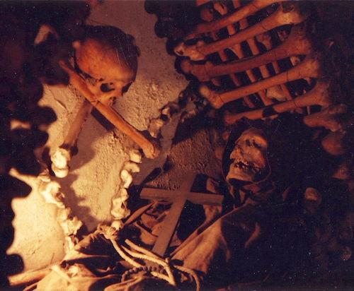2015-10-08-1444319800-5863492-Rome_mummified_monk1_Capuchin_cemetery.JPG