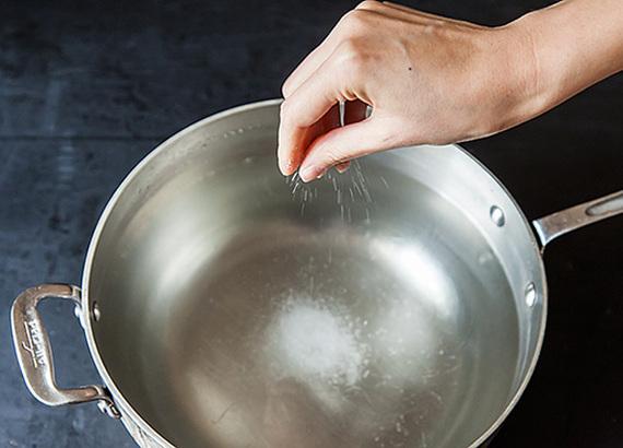 2015-10-12-1444674021-1286583-cooking_myth_salting_water.jpg