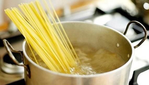 2015-10-12-1444674061-7133069-cooking_myths_pasta_pot.jpg