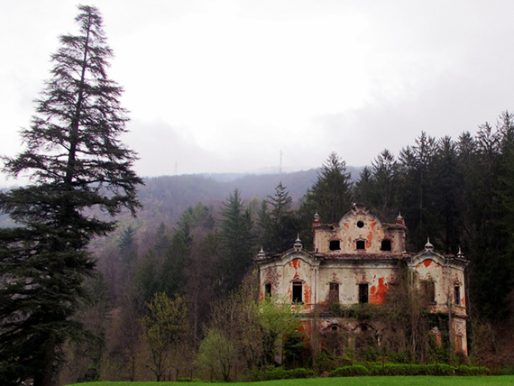 6 creepy abandoned mansions from around the world huffpost for Disegni casa chateau