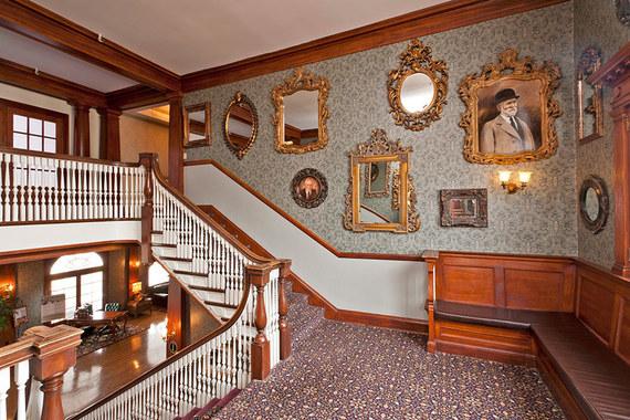 2015-10-29-1446136370-9998507-damimagestravelhauntedhousesbeautifulhauntedhouses12stanleyhotel.jpg