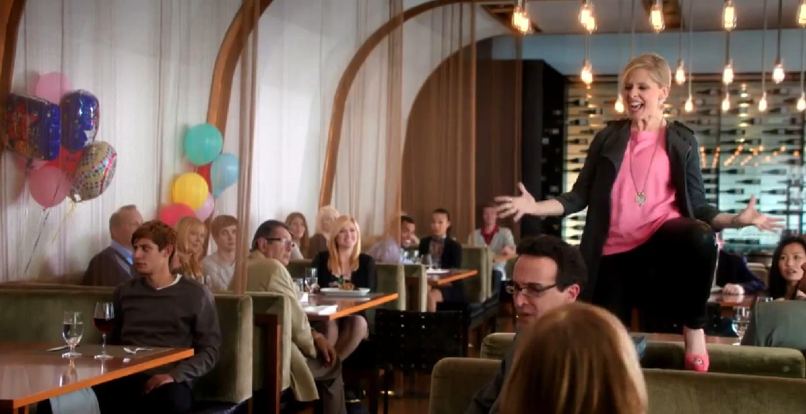 crazy ones Сериал, снятый каналом , - это комедия, повествующая о чикагском рекламном агентстве с переменным успехом руководит этим агентством робертс саймон.
