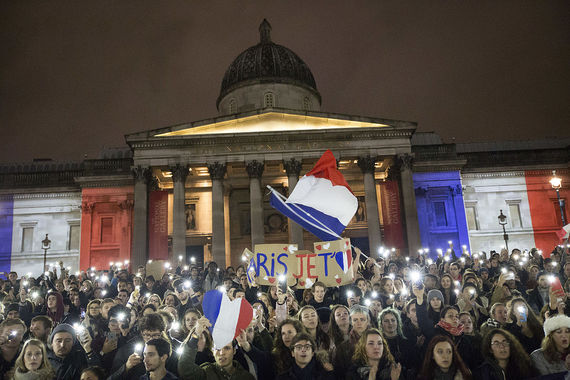 2015-11-17-1447719216-9328690-National_Gallery_London_in_French_flag_colours_after_Paris_attack_23031617681.jpg