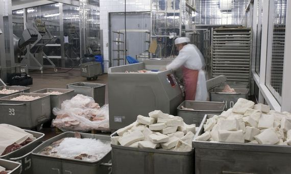 2015-11-18-1447881142-9658067-Meat_grinder_production_machine_in_the_food_factory2.jpg