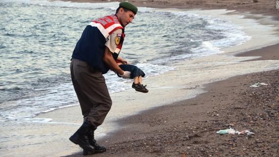 2015-11-20-1447998701-3618916-refugeeboybodrumsuper169.jpg