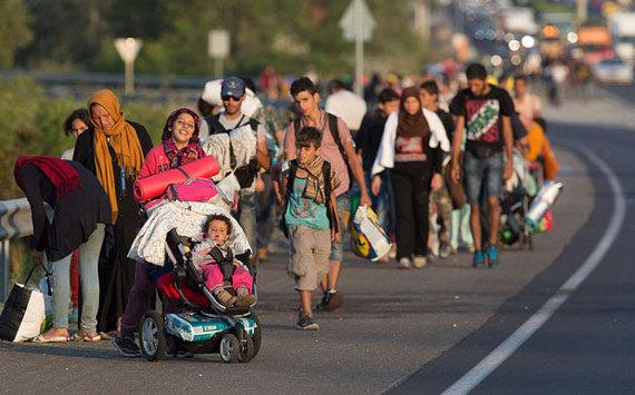 2015-11-30-1448880784-1345237-refugees_austria_3429897b.jpg