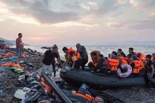 2015-12-26-1451132971-3682250-ArrivinginEuroperefugeesfindchaosaswellaskindnesscourtesyUNHCR.jpg