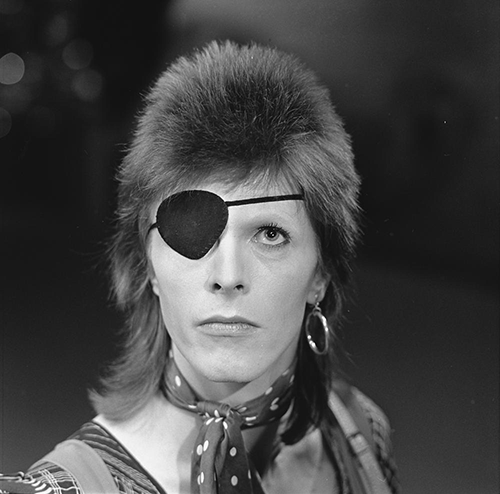 2016-01-11-1452499534-364582-David_Bowie__TopPop_1974_03.png