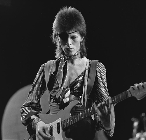 2016-01-12-1452636387-4330165-David_Bowie__TopPop_1974_10.png