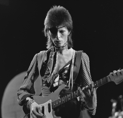 2016-01-15-1452885644-8692943-David_Bowie__TopPop_1974_10.png