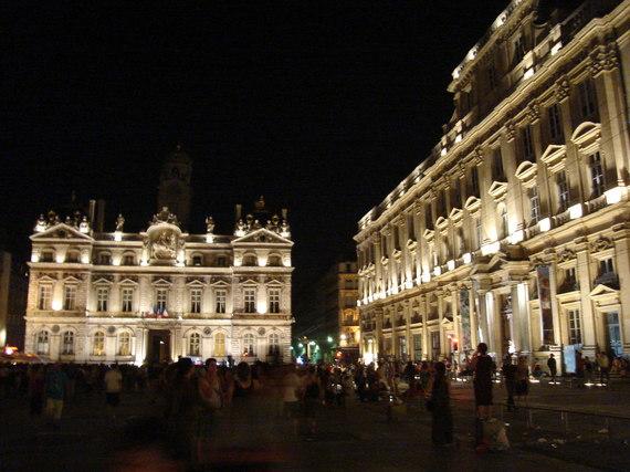 2016-02-12-1455273308-8071339-La_Place_des_Terreaux_de_nuit.jpg