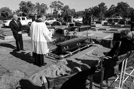 2016-03-02-1456886705-9071617-funeralphotographyKatischeHaberfield35.jpg